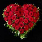 Westfriedhof Augsburg Trauerherz mit roten Rosen